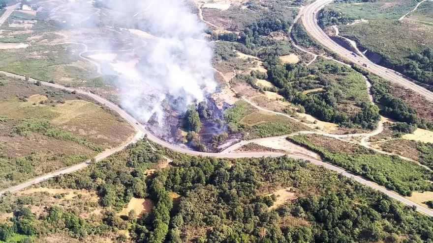 Un incendio quema 3,5 hectáreas cerca de la A-52 en Monterrei