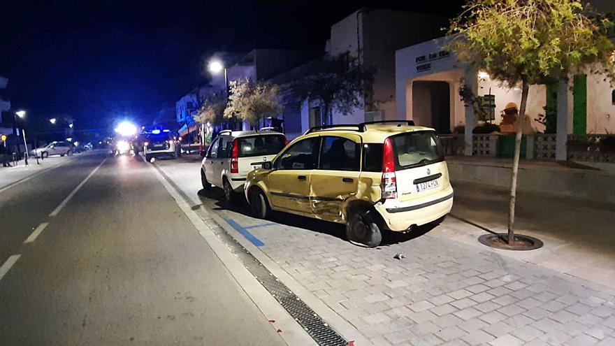 Un coche vuelca y destroza la terraza de un bar de Formentera