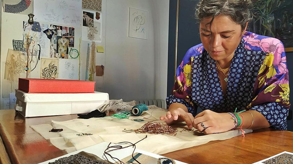 La dissenyadora tèxtil Núria Malé al seu estudi |