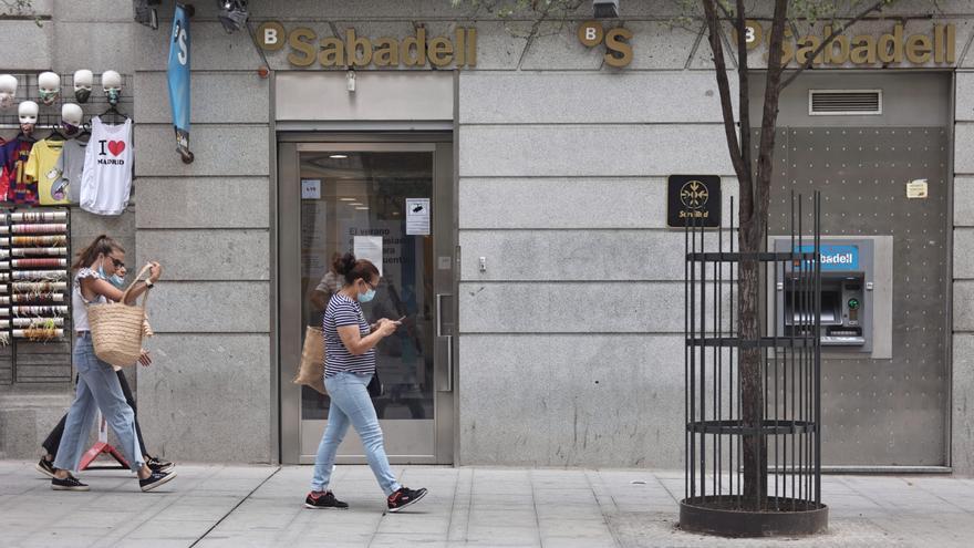 Sabadell rebaja su ERE y prevé 1.730 salidas, 206 menos que en su plan inicial