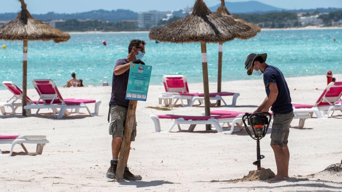 Turistas en las playas españolas.