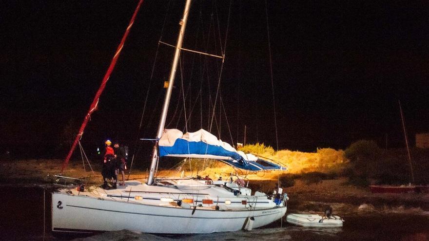 Ocho personas rescatadas de un velero varado en Formentera