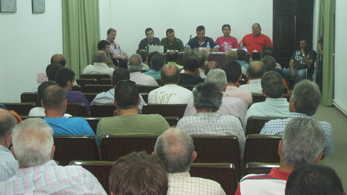 Cazadores del club toresano durante una asamblea en ejercicios pasados.
