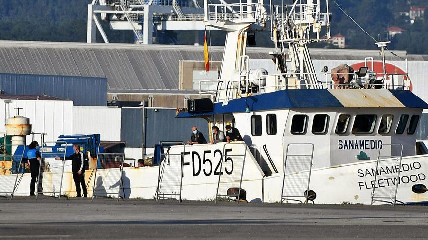 Dos cangueses, entre la docena de tripulantes de un barco confinado en el puerto de Marín