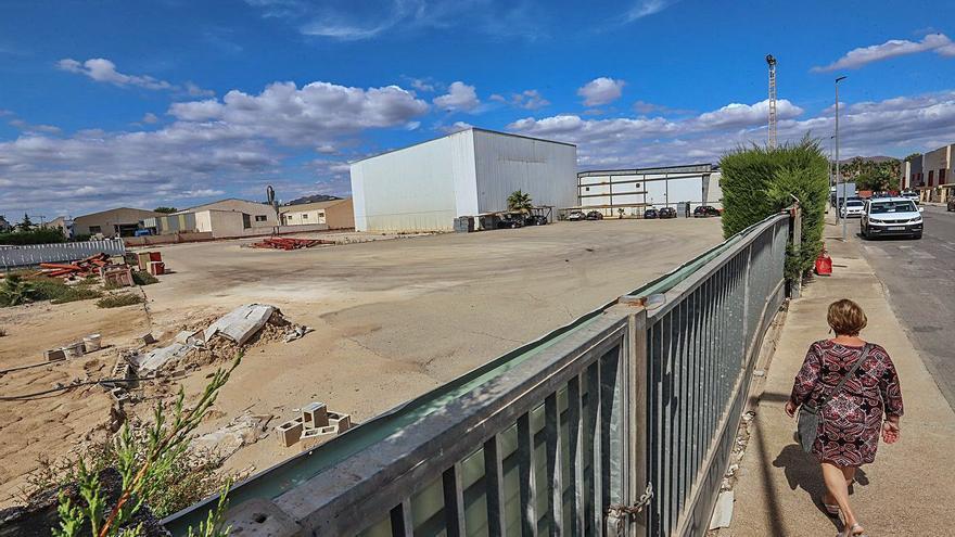 Empresas ocupan hace 30 años las zonas verdes del polígono industrial de Bigastro