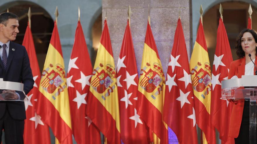 El despliegue de banderas entre Sánchez y Ayuso desata la polémica en redes sociales