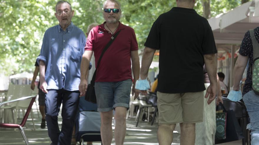 La mascareta inicia una tímida retirada dels carrers de Manresa