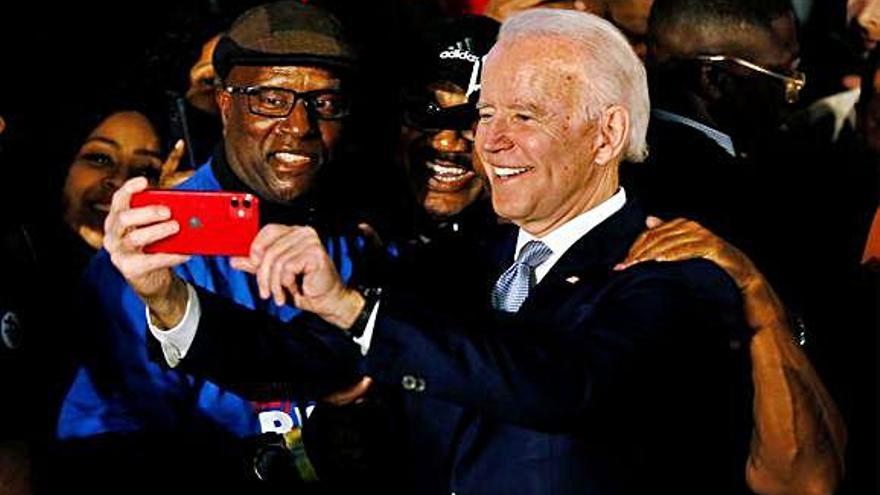 Biden arrasa en Carolina del Sur y redefine las primarias demócratas