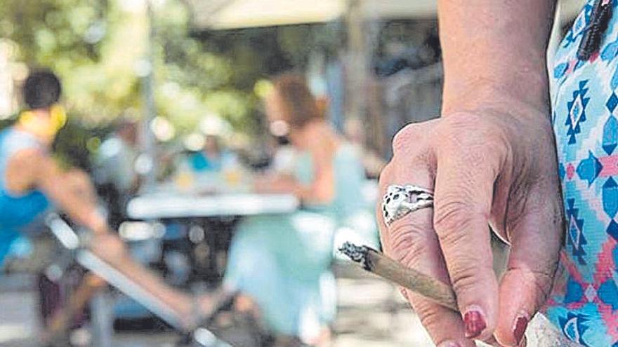 La Asociación contra el Cáncer celebra que se mantenga la prohibición de fumar en las terrazas