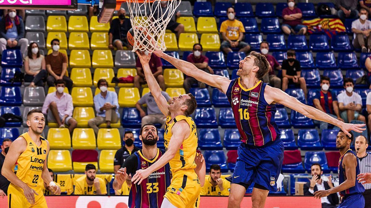 Huertas es taponado por Pau Gasol en una acción de la segunda mitad.