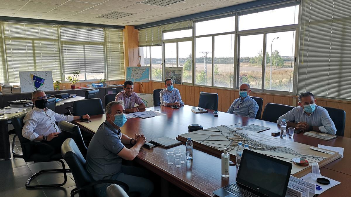 Propietarios y alcaldes jienenses con Luciano Huerga en el Centro de Transportes y Logística de Benavente.