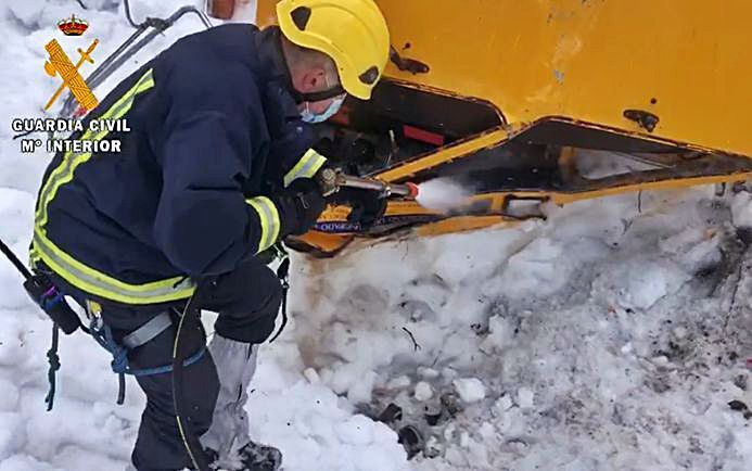 Uun bombero despeja la cabina de la fresadora.