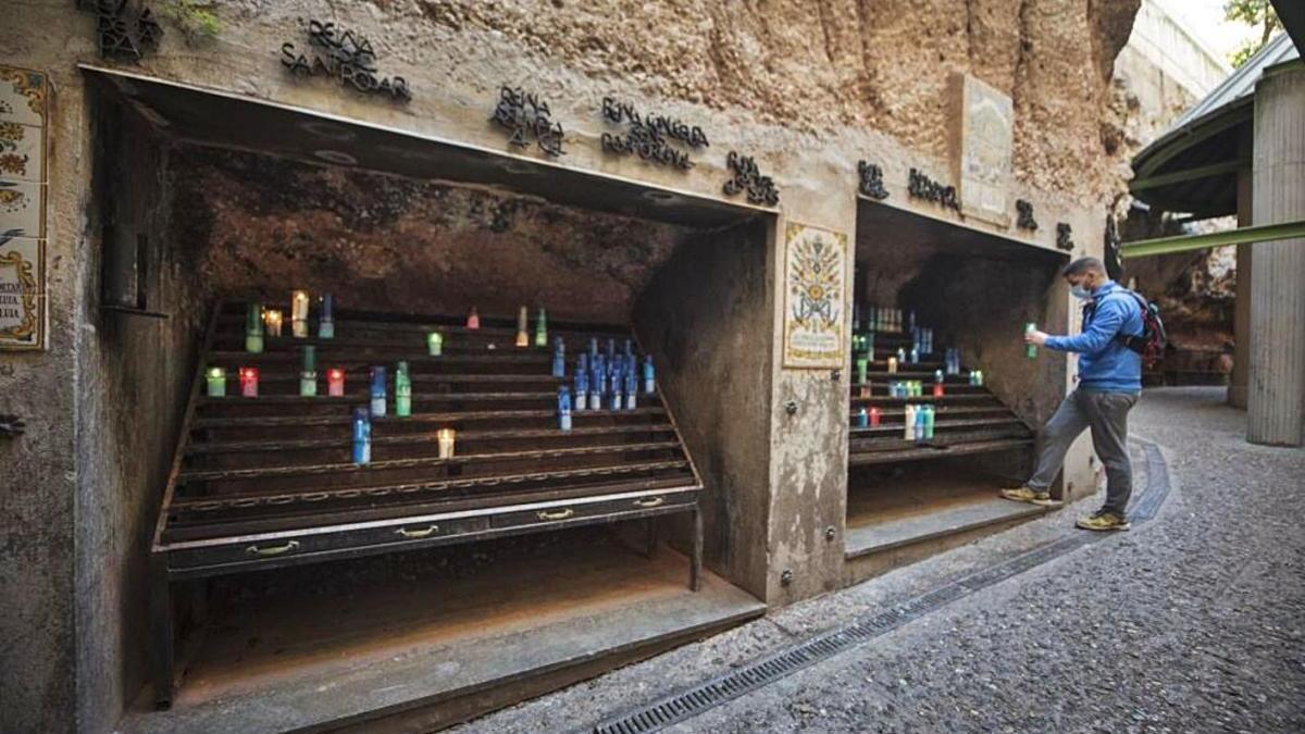 Un dels pocs visitants encén un ciri a Montserrat, fa unes setmanes.