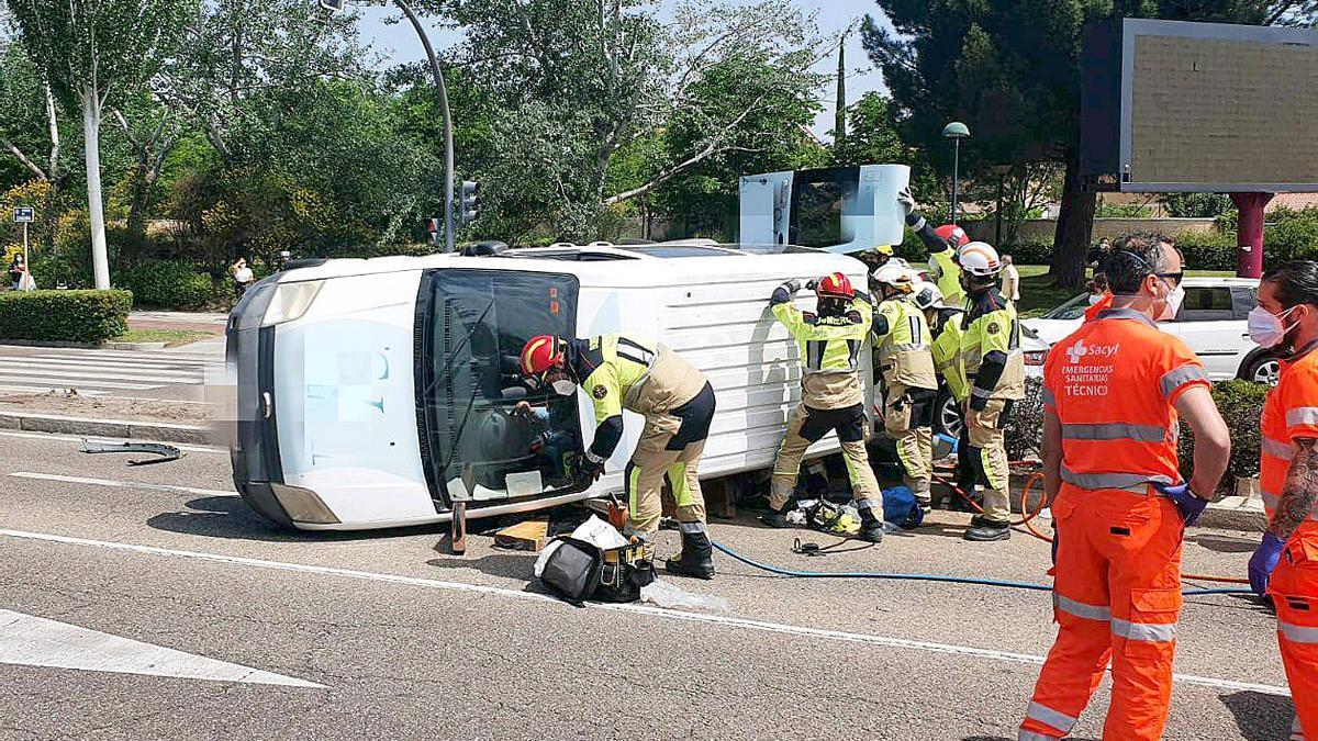 Heridas dos personas en un accidente de tráfico en el cruce de la avenida de Zamora con el Camino Viejo de Simancas en Valladolid.