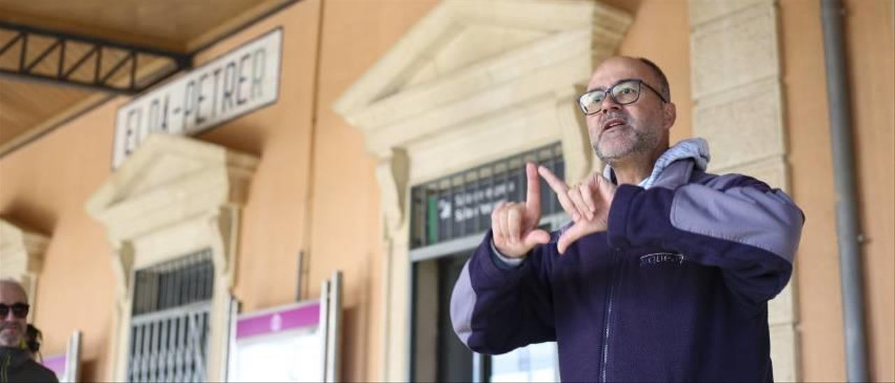 Visita a la estación Elda-Petrer (con Gabriel Segura, en la imagen) dentro del congreso organizado por la UA y el Ayuntamiento.