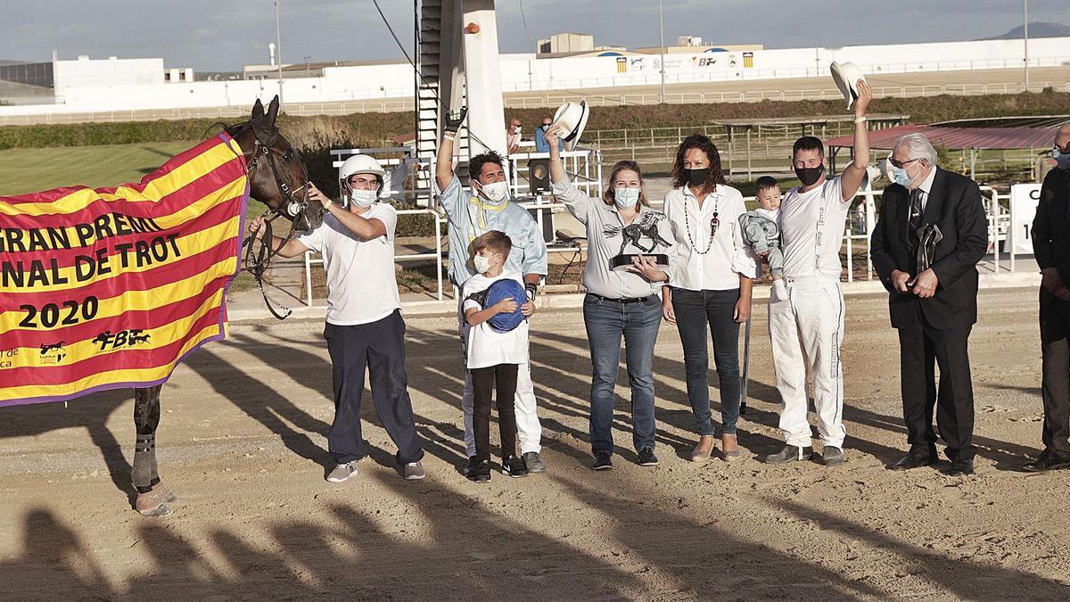 Los propietarios de la Cuadra Ca Na Primeta saludan el público tras recibir Hiper Coktail y Toni Frontera el trofeo de ganador del Gran Premi Nacional.