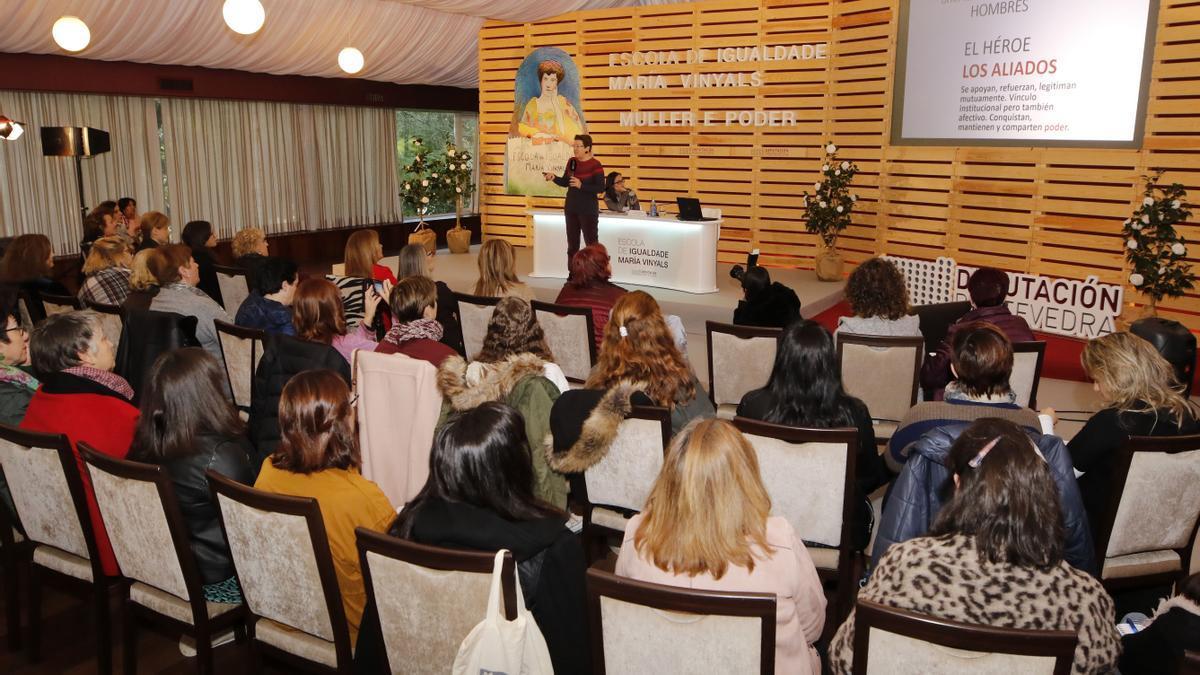 Participantes en uno de los foros de la Escola de Igualdade María Vinyals en el castillo de Soutomaior.  / Alba Villar