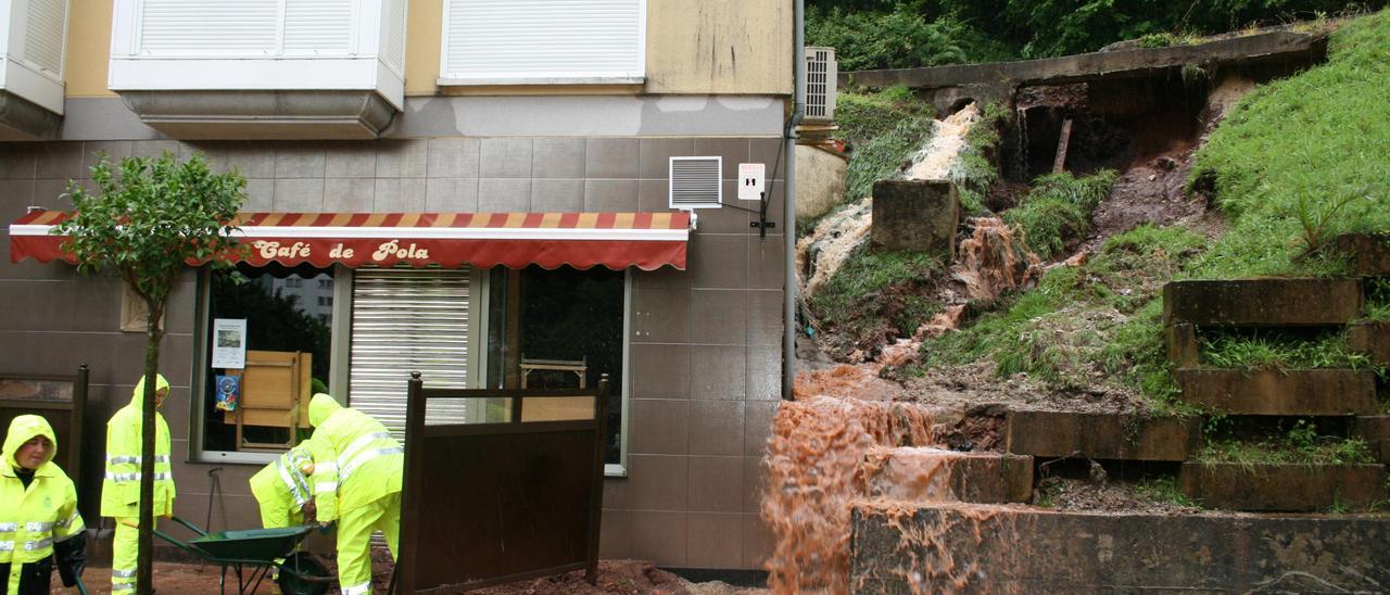 """Una de las zonas afectadas por las """"cascadas"""" de agua, en el área de las vías, en una imagen de archivo."""
