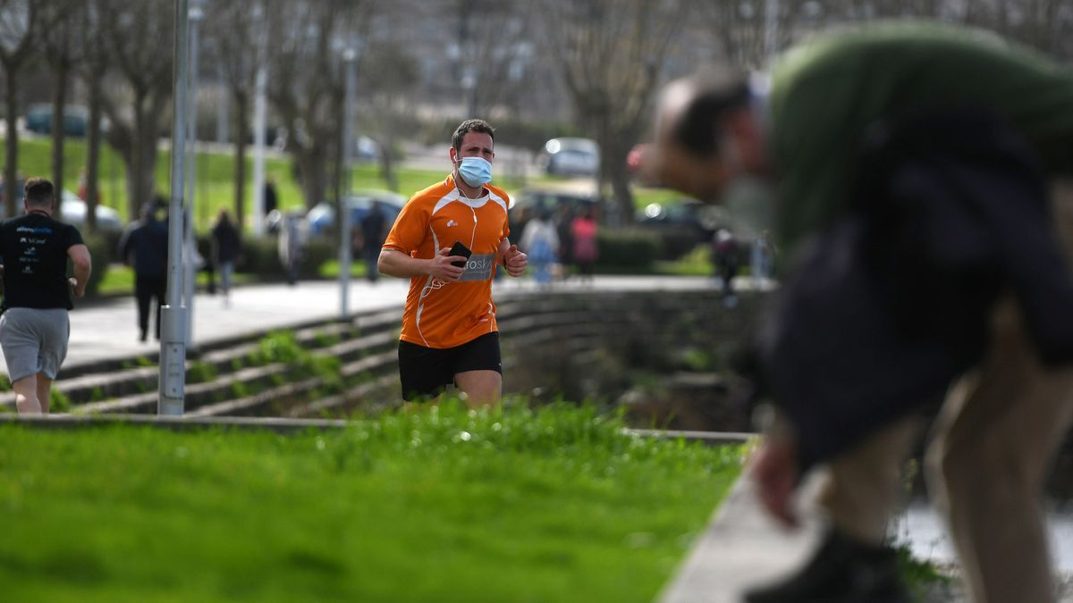 Un runner con mascarilla en Pontevedra.