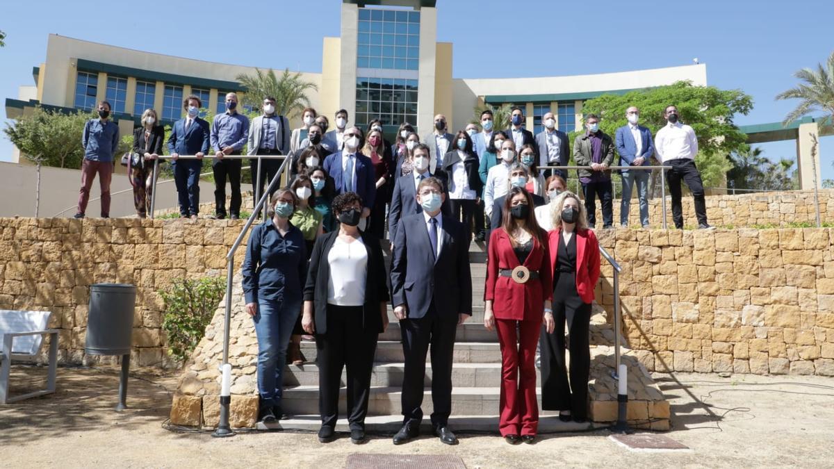 Participantes del plan GenT, junto al presidente y la consellera.