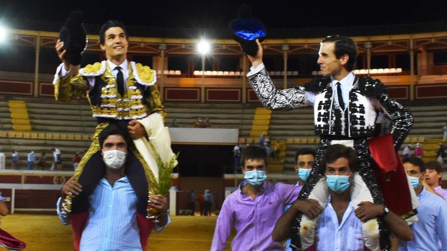 Juan Ortega y Pablo Aguado, a hombros en Lucena con un mal encierro