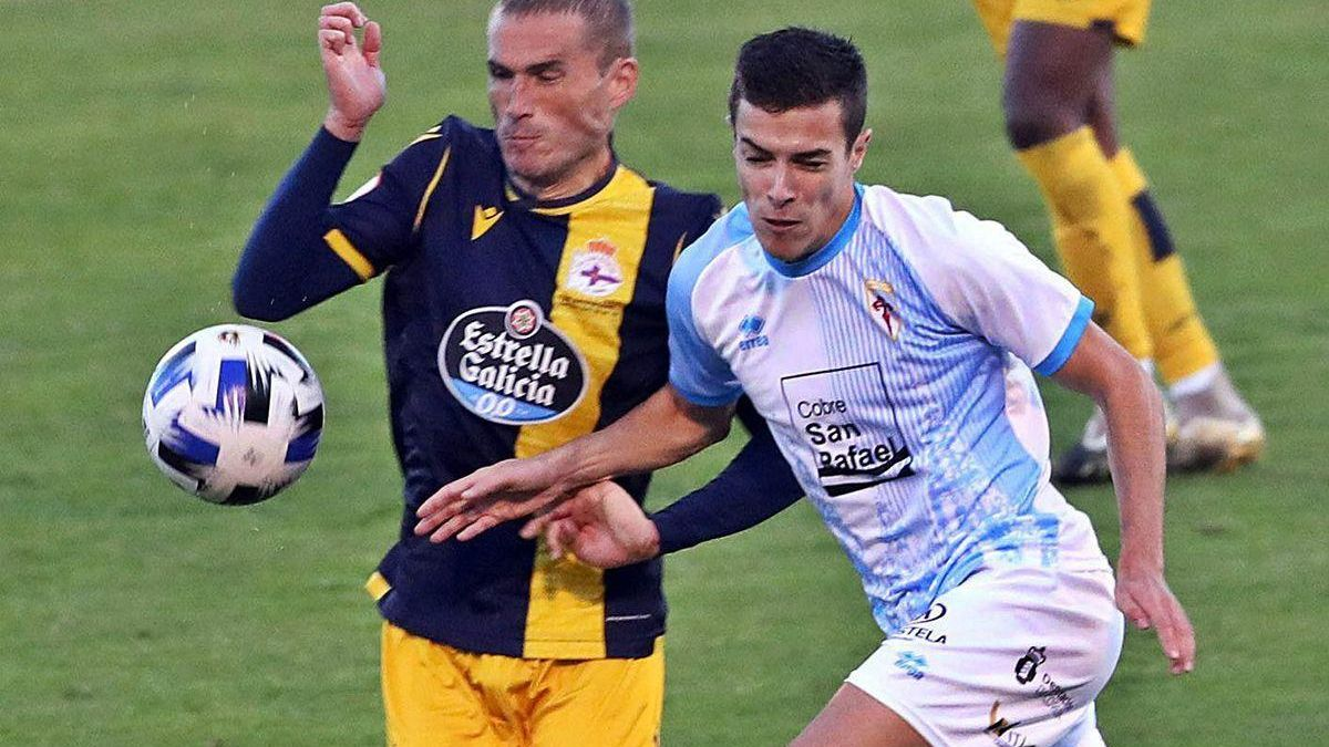 Álex Bergantiños disputa el balón con un jugador del Compostela.