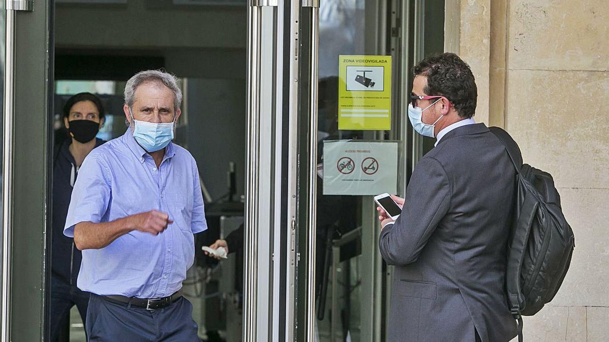 Los fiscales Felipe Briones (izda) y Pablo Romero ayer en la entrada de la Audiencia. |