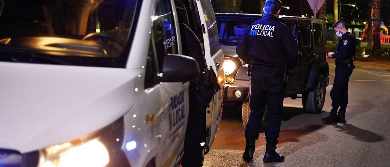 Una patrulla de la Policía Local de Sant Antoni controla el cumplimiento del toque de queda. | J. A. RIERA