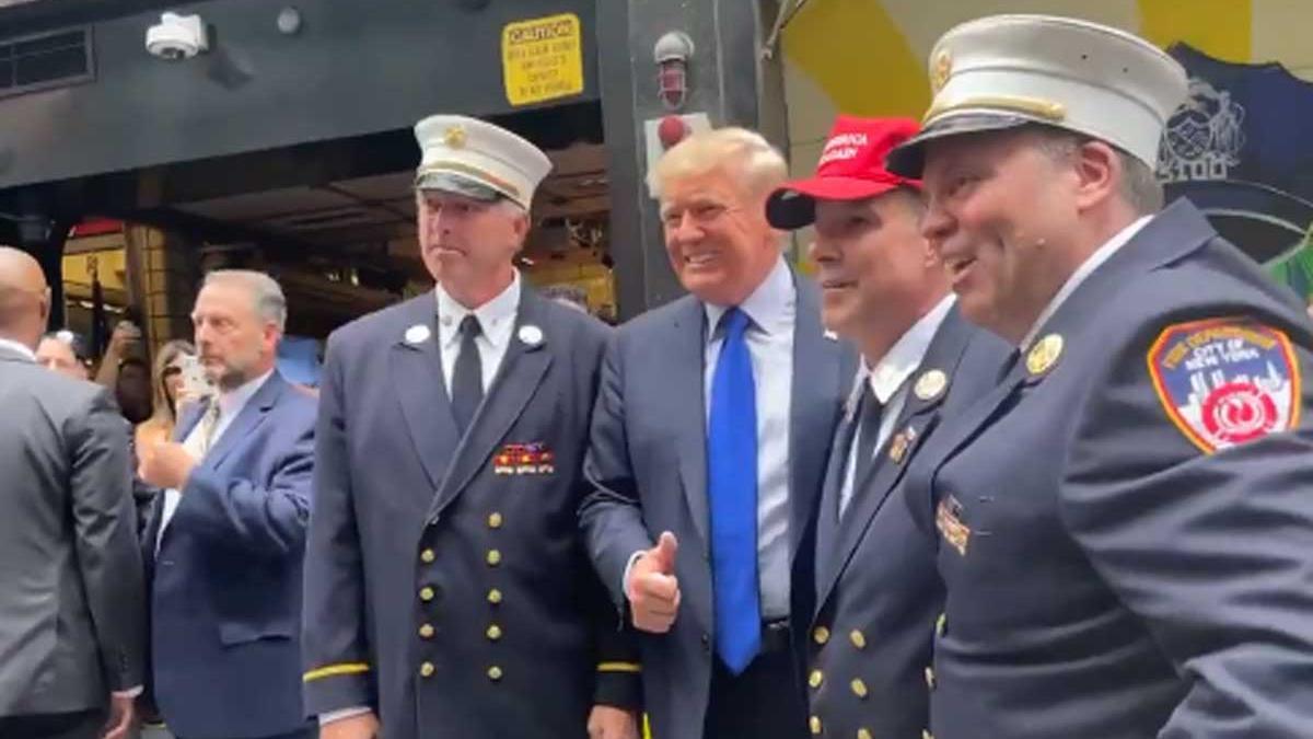 Trump, con varios miembros del cuerpo de bomberos de Nueva York.