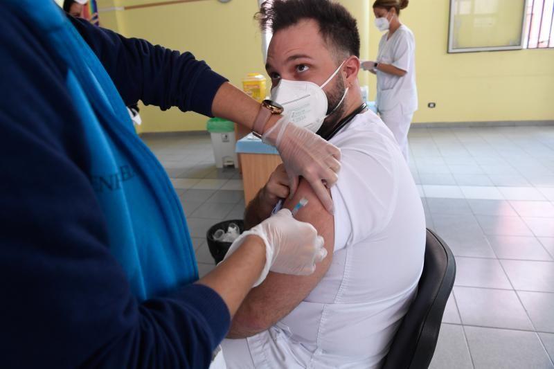 Los sanitarios canarios comienzan a vacunarse contra la COVID 19