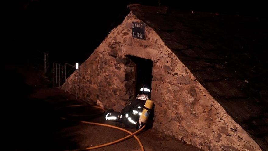 Arde un coche en el garaje de una casa de Rebollar, en Degaña