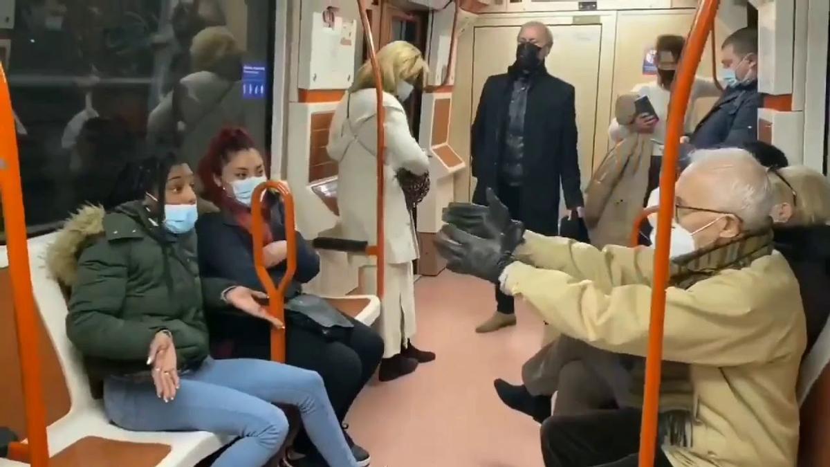 Un ejemplo de cómo no llevar la mascarilla.