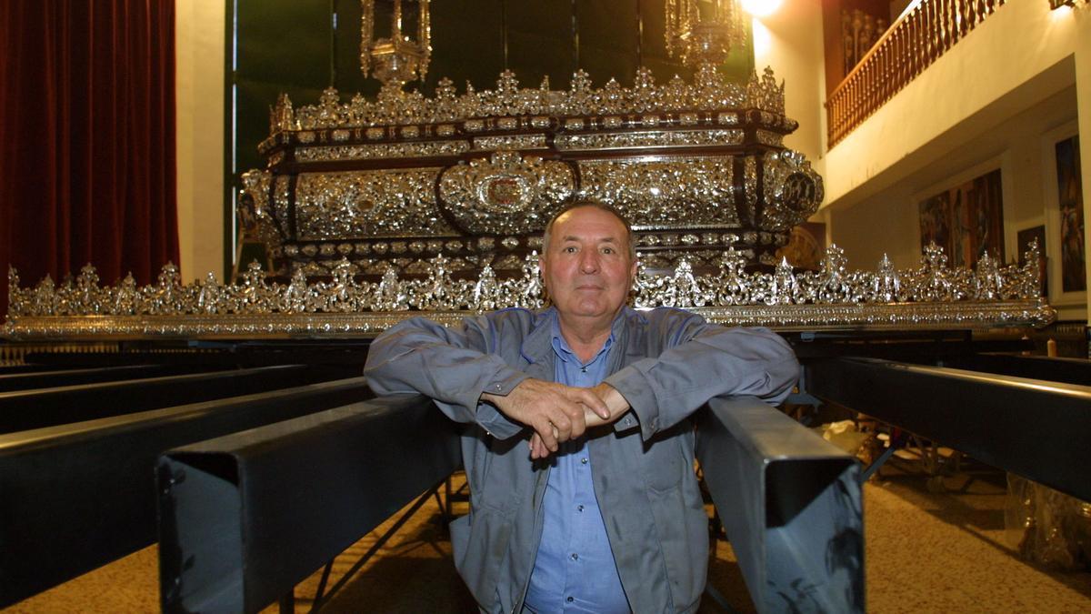Antonio Cabra, junto al trono de Jesús Cautivo, en una fotografía de 2004