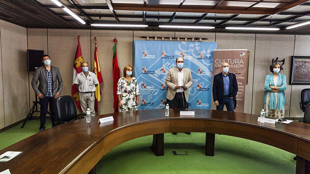 Los directores de los museos, archivo y biblioteca junto a José Ramón González. | Nico Rodríguez