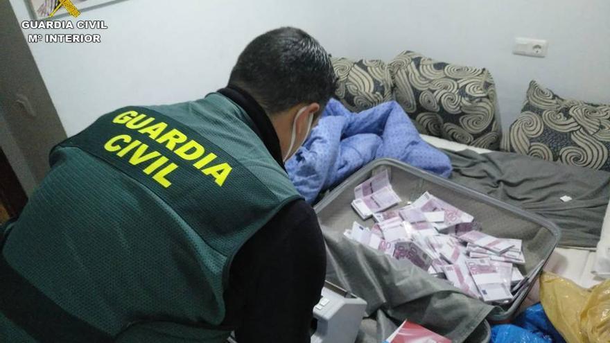 Cuatro arrestados en Torrevieja por estafar 50.000 € con billetes de atrezzo