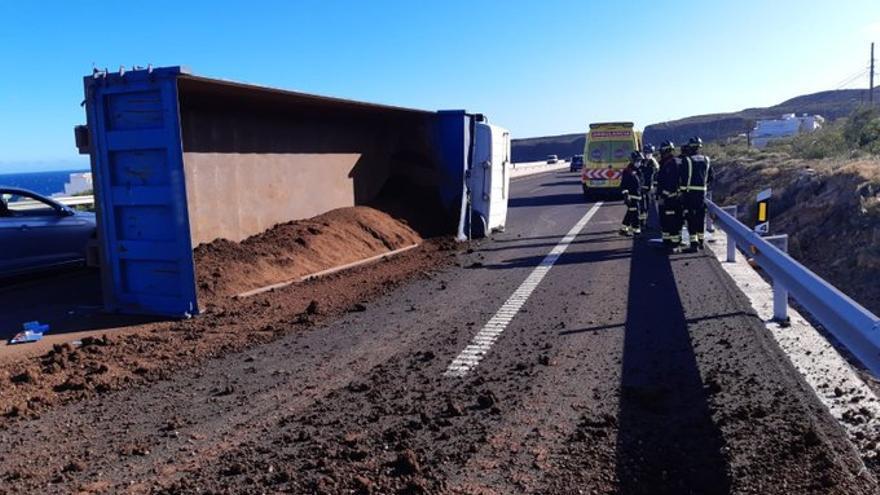 Vuelca un camión en la autopista del Sur