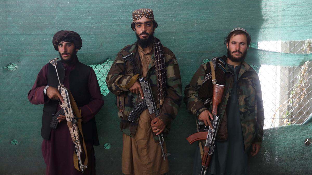 Soldados talibanes en la base aérea de Bagram en Parwan, Afganistán.