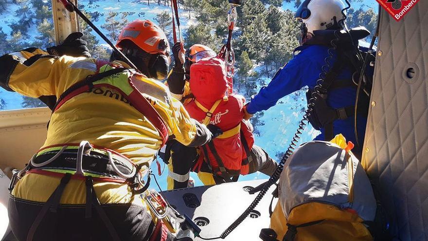 Los bomberos rescatan a una senderista en la subida a la Cava Gran