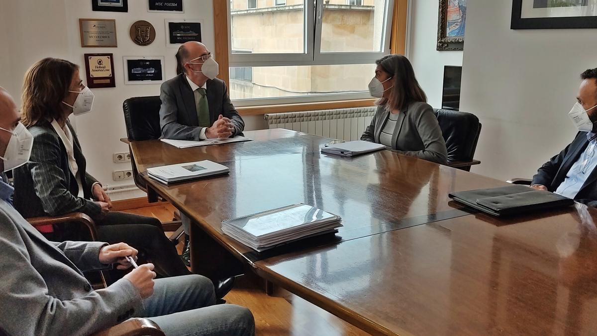 El presidente del Puerto de Vigo y la alcaldesa de Cangas (dcha.), hoy en la reunión.