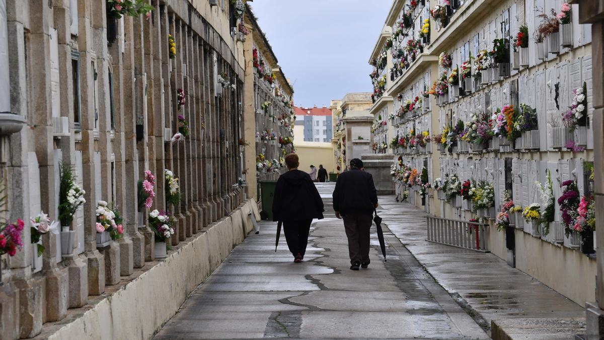 Visitantes en el cementerio de San Amaro.