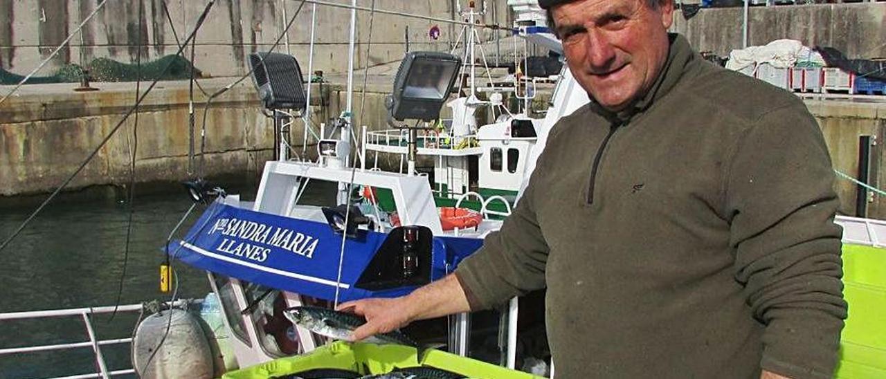Ángel Batalla, con cajas de pescado en el puerto de Llanes, en una imagen de archivo. | LNE