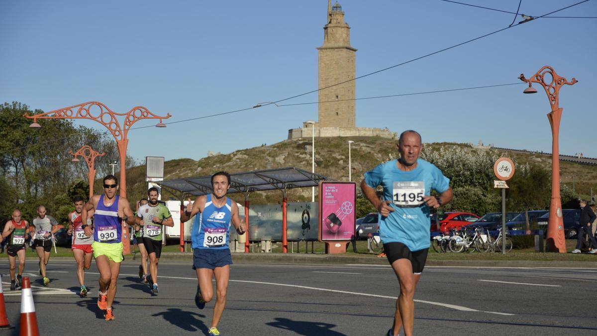 Participantes en una edición pasada de la carrera Coruña10.