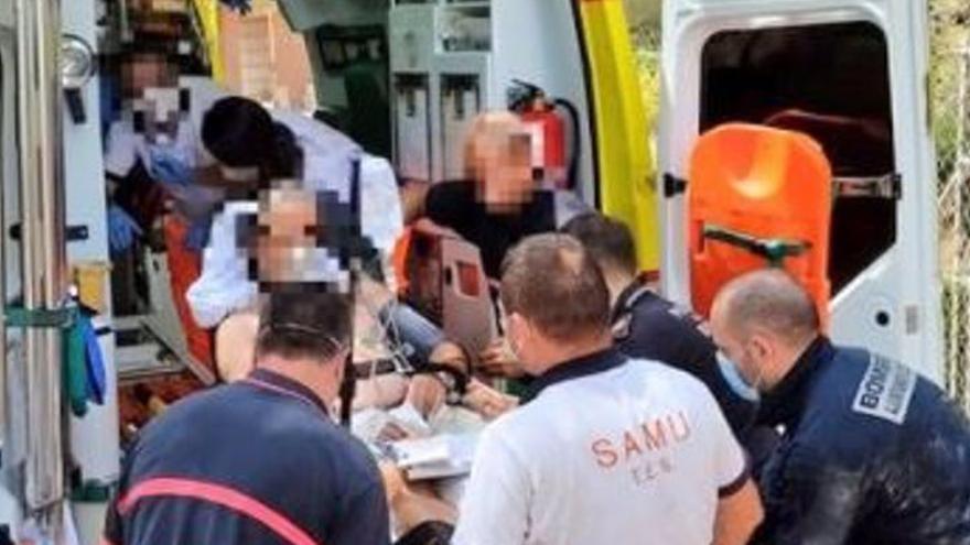 Los bomberos rescatan a un hombre tras caer a una cisterna en una masía