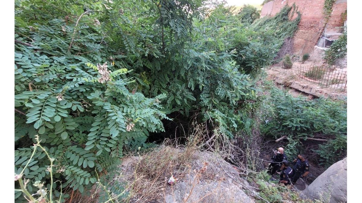 La Policía Nacional asisten a una anciana que había caído al fondo de un barranco en Teruel.