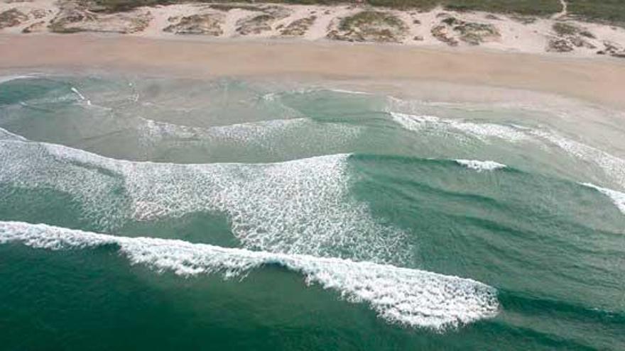 Desalojan a unos 40  Erasmus que hacían botellón en la playa de Carnota y les obligan a limpiar el arenal