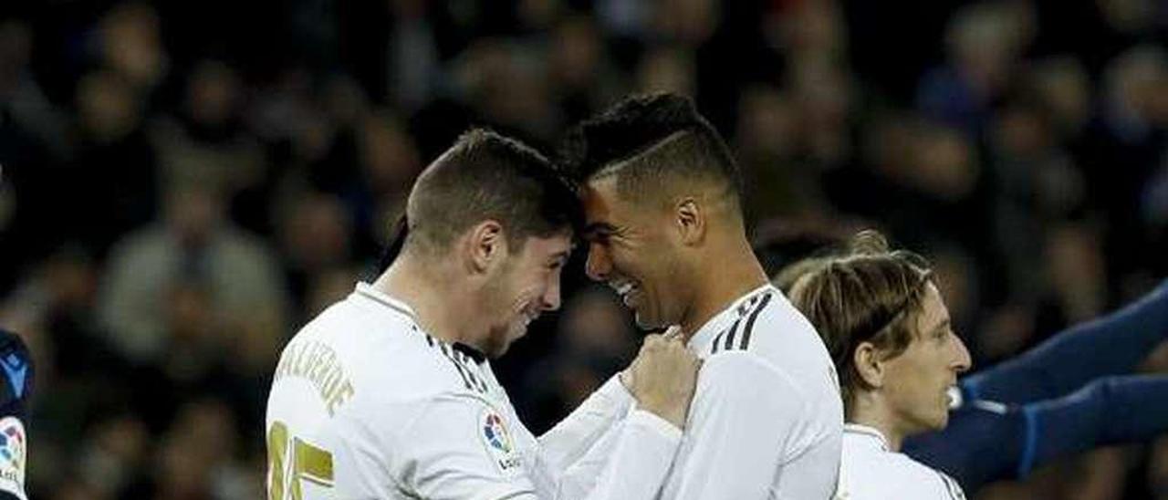 Valverde y Casemiro celebran un gol del Madrid.