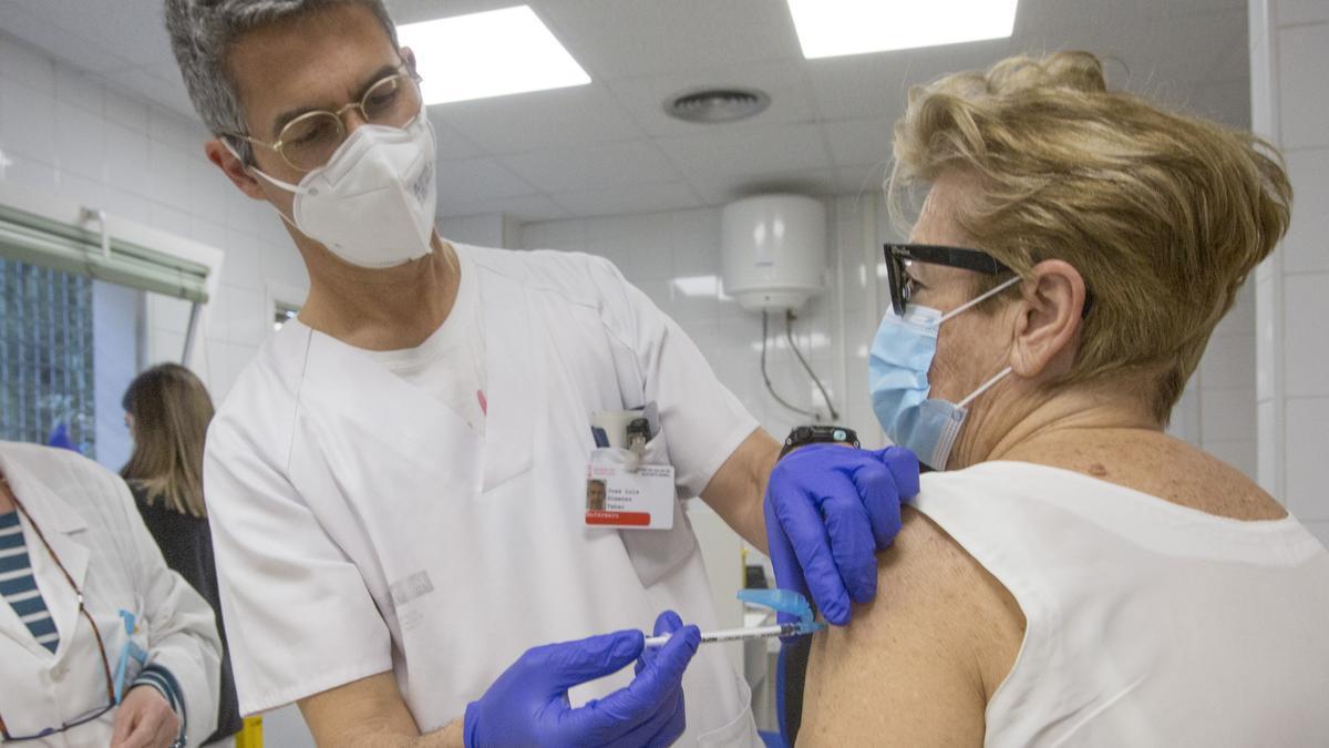 Vacunación frente al covid en un centro de salud de la ciudad de Alicante