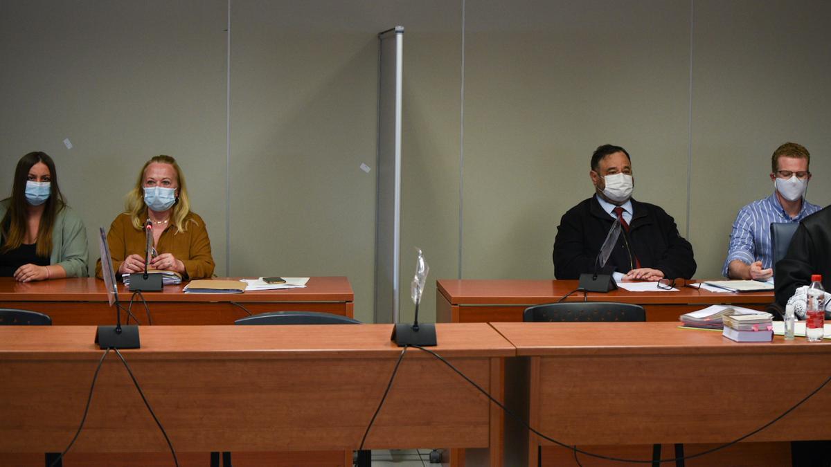 María Gombau y Gabriel Carvajal sentados en la Audiencia de Valencia