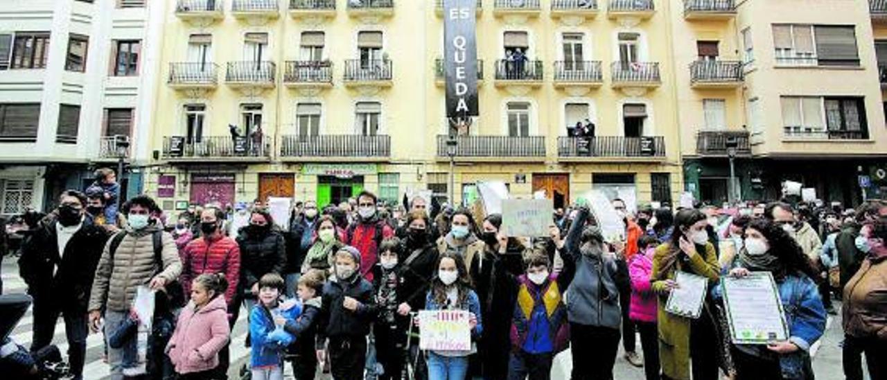 Protesta en la calle Turia de València por el desahucio de varias familias.