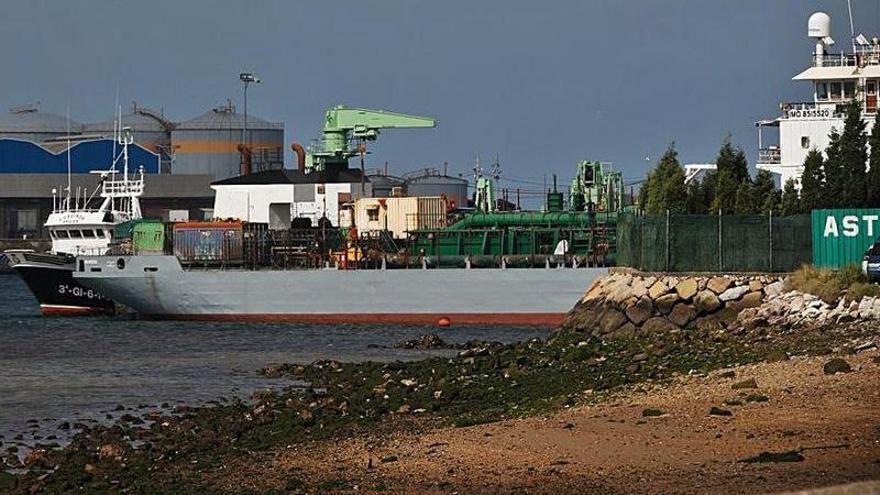 La draga con 12 personas a bordo será remolcada a su puerto de destino en África